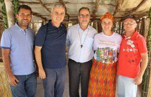 Dom Esmeraldo e Padre Maurício com a equipe missionária de Moma