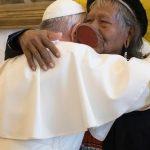 O abraço de Francisco a Raoni